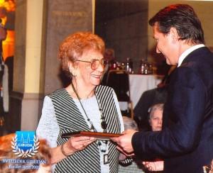 Molnár Gyula polgármester köszönti a 93 éves Somorjai Sándornét